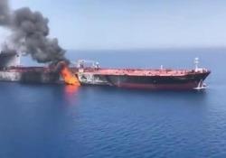 Petroliera in fiamme nel Golfo dell'Oman: il video Almeno una delle due petroliere attaccate nel Golfo di Oman sarebbe stata colpita da un siluro - CorriereTV