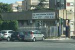 Lite a Santa Teresa Riva, colpisce con un paletto un uomo in negozio: fuggito
