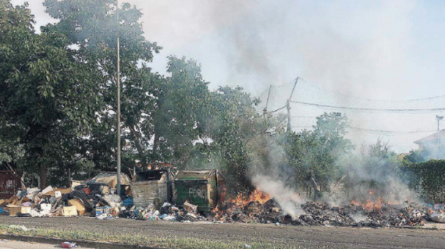 A Lamezia è di nuovo emergenza rifiuti: cassonetti in fiamme anche in centro