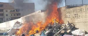Reggio Calabria in ginocchio: rifiuti in fiamme in tutta la città