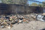 Cumuli di rifiuti incendiati in periferia, a Reggio torna l'emergenza