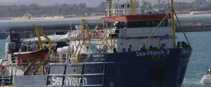 """Migranti, il capitano di Sea Watch: """"Entro a Lampedusa"""". Salvini: """"Chi sbaglia paga"""""""