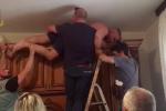 Nascosto su un armadio per sfuggire agli agenti, il video della cattura a Isola Capo Rizzuto