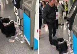 Un bancomat nella metropolitana di Londra ha iniziato a sputare soldi Lo sportello automatico è diventato una slot machine - CorriereTV