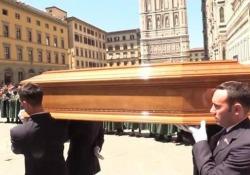 Zeffirelli, l'uscita del feretro dal Duomo di Firenze tra gli applausi Il regista è scomparso sabato 15 giugno a 96 anni - CorriereTV
