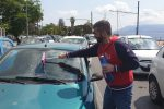 Ordinanza anti accattonaggio a Messina, consigliere comunale lava i vetri per protesta - Video