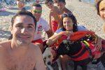 Bimbo tedesco si perde in spiaggia a Soverato, lo ritrovano i cani da salvataggio
