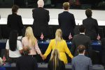 Strasburgo, gli eurodeputati del Brexit Party si girano durante l'inno dell'Ue
