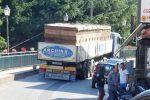 Camionisti e cittadini in difficoltà nel centro abitato di Capistrano