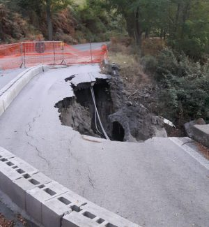 Vulcano, frana nella principale arteria stradale: pericoli e disagi per i residenti