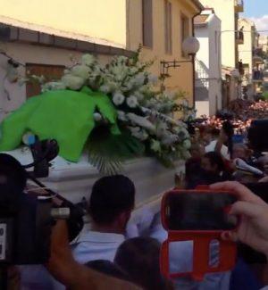 Cuginetti travolti dal suv a Vittoria, rabbia e commozione ai funerali di Simone. Di Maio in visita dai parenti