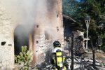 Incendio a Carolei, le fiamme avvolgono un casolare