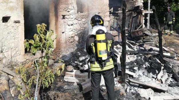 incendio casolare carolei, Cosenza, Calabria, Cronaca