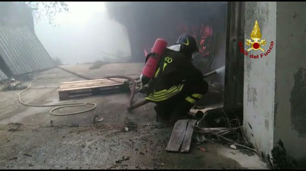 depositi materiali, incendio Rende, Cosenza, Calabria, Cronaca