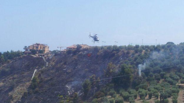 disagi alla circolazione, incendio a Roseto, incendio doloso, rallentamenti del traffico, vegetazione distrutta, Cosenza, Calabria, Cronaca