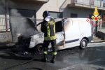 Furgone va a fuoco a Palermiti, vigili del fuoco in azione