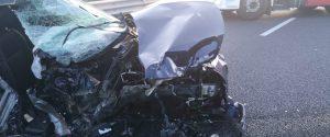 Violento scontro tra un'auto e un camion a Mammola, due feriti gravi