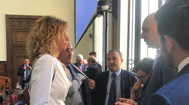 crotone, lavoro, sindacati, barbara lezzi, Catanzaro, Calabria, Politica