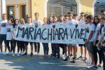 Dolore a Lamezia per Mariachiara, uno striscione accoglie la bara bianca
