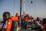 Lampedusa, sbarcano i 13 migranti evacuati dalla nave Alex: sono donne e bambini