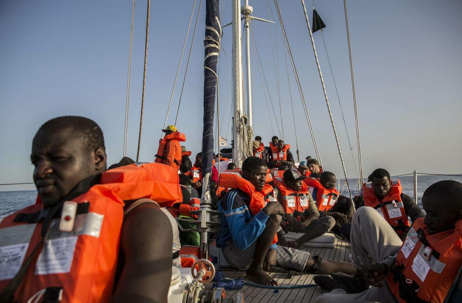 Lampedusa, Sbarcano I 13 Migranti Evacuati Dalla Nave Alex