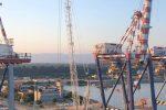 Maltempo, paura al porto di Gioia Tauro: nave rompe gli ormeggi per il vento e si ruota