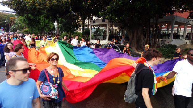 Colori e festa per il Pride a Reggio Calabria, più di duemila in corteo sul lungomare - Foto