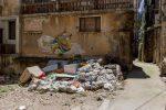 Cosenza, la spazzatura circonda portoni dei condomini e negozi