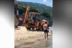 A Pizzo pulizia in spiaggia con la ruspa tra i bagnanti, polemiche - Video