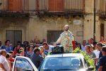 La statua lignea di San Filippo Neri torna a casa: la processione a Nicastrello