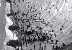 A 100 all'ora giù per il ghiacciaio: centinaia di ciclisti finiscono gambe all'aria È successo nella gara di downhill «Mountain of Hell» su un ghiacciaio in Francia - CorriereTV