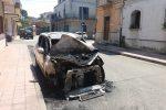 Ancora un incendio doloso a Gioia Tauro, le fiamme distruggono un'auto