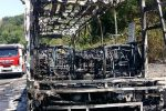 Pullman a fuoco in autostrada tra Cosenza e Rogliano: in salvo tutti i passeggeri, lunghe code