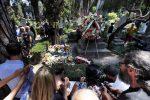 L'ultimo saluto ad Andrea Camilleri, in centinaia al Cimitero Acattolico di Roma - Foto