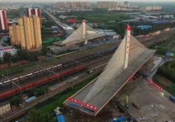 Cina: ecco come costruiscono il ponte strallato più pesante del mondo La struttura viene fatta ruotare e l'intera manovra dura appena un'ora - CorriereTV