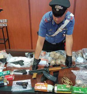 Cosenza, armi e droga delle cosche in una soffitta del centro storico