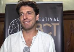 """Giampaolo Morelli debutta alla regia: «Che gioia il primo ciak di """"Sette ore per farti innamorare""""» Film ispirato al suo romanzo «Racconterò la seduzione» - Ansa"""