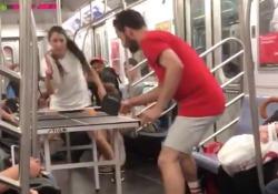 Giocano a ping pong nella metropolitana di New York, ma non tutti apprezzano È successo sulla Linea 6 durante l'ora di punta - CorriereTV
