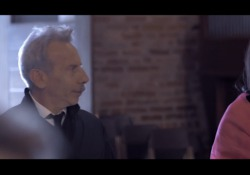 Giovanni (senza Aldo e Giacomo) fa il sagrestano nel video di Rosmy Le immagini del brano «Fammi credere all'eterno» della cantautrice lucana sono state girate n chiesa di San Cristoforo sul Naviglio, a Milano - Corriere Tv