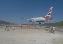Grecia, gli aerei sfiorano le teste dei turisti sull'isola di Skiathos: il video L'aeroporto è ormai diventato un'attrazione turistica con decine di persone che ogni giorno si mettono in posa per un selfie a pochi metri degli aerei che atterrano - Corriere Tv