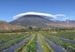 Il vulcano col cappello: il video dall'Indonesia stupisce Il video del vulcano Rinjani sull'isola di Lombok, in Indonesia - CorriereTV