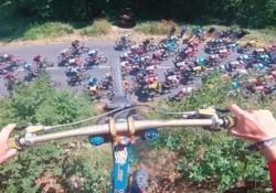 In volo sopra la carovana del Tour de France: il salto spericolato in mountain bike La pericolosa acrobazia di Valentin Anouilh nella decima tappa del Tour de France - CorriereTV