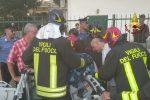 Fiamme in un magazzino, paura a Corigliano Calabro: gente in strada e case evacuate - Foto e Video