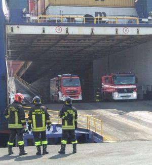 Incendio in una nave al porto di Gioia Tauro, intervengono i vigili del fuoco