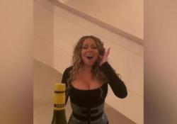La bottle cap challenge di Mariah Carey è da urlo La cantante sembra togliere il tappo alla bottiglia grazie alla sua voce. Il video ironico è diventato virale - Corriere Tv