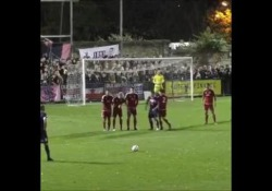 La punizione è telecomandata: finisce nel sette con un effetto incredibile Ashley Carew, centrocampista del Dulwich Hamlet, squadra della sesta divisione inglese, ha mostrato le sue doti con un calcio di punizione fantastico - Dalla Rete