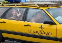 La vostra auto vi sembra una sauna? Guardate questi cosa si sono inventati Una sauna mobile? Nessun problema per alcuni giovani estoni - CorriereTV