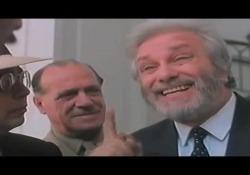 Luciano De Crescenzo, la differenza tra stoici ed epicurei spiegata dal professor Bellavista Nella scena tratta dal famoso film del 1984 «Così parlò Bellavista» - Corriere Tv