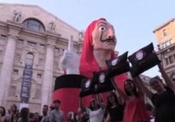 """Milano, i fan della Casa di Carta cantano """"Bella Ciao"""" La raccolta delle dichiarazioni dei fan per l'arrivo della terza stagione - Ansa"""