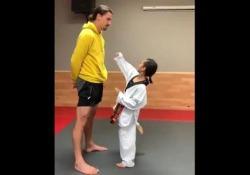 Niente spaventa Ibrahimovic: la lezione di karate a una bambina Come controllare la paura: a lezione da Zlatan Ibrahimovic - Dalla Rete